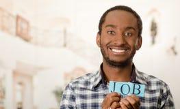 Όμορφο άτομο Headshot που κρατά ψηλά τα μικρά γράμματα που συλλαβίζουν την εργασία λέξης και που χαμογελούν στη κάμερα Στοκ εικόνες με δικαίωμα ελεύθερης χρήσης