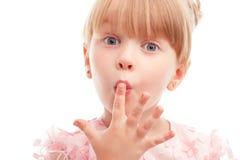 Όμορφο δάχτυλο εκμετάλλευσης κοριτσιών στα χείλια της στοκ φωτογραφία