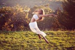 Όμορφο άλμα χορευτών υπαίθριο Στοκ Εικόνες
