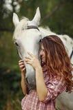 όμορφο άλογο κοριτσιών Στοκ Εικόνα