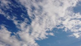 Όμορφο έγκαιρο σφάλμα ουρανού με τα φυσικά σύννεφα altocumulus που τρέχουν στον αέρα φιλμ μικρού μήκους