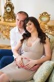 Όμορφο έγκυο ζεύγος που αναμένει το μωρό ζεύγος ευτυχές Στοκ Φωτογραφία
