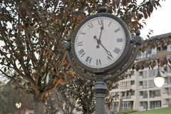 Όμορφο έξοχο παλαιό παλαιό κομψό ρολόι επεξεργασμένος-σιδήρου στοκ φωτογραφίες με δικαίωμα ελεύθερης χρήσης