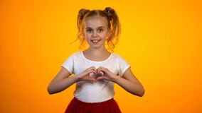 Όμορφο έφηβη που κατασκευάζει την καρδιά με τα χέρια, την αγάπη, την καρδιολογία και την υγειονομική περίθαλψη στοκ εικόνα