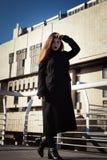 Όμορφο έφηβη στο μαύρο παλτό Στοκ εικόνες με δικαίωμα ελεύθερης χρήσης