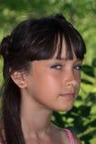Όμορφο έφηβη στο ρόδινο φόρεμα με μακρυμάλλη σε ένα πράσινο θερινό πάρκο Στοκ εικόνα με δικαίωμα ελεύθερης χρήσης