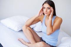 Όμορφο αίσθημα γυναικών άρρωστο, έχοντας τον πονοκέφαλο, επίπονος πόνος σώματος στοκ φωτογραφίες