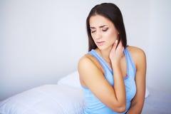 Όμορφο αίσθημα γυναικών άρρωστο, έχοντας τον πονοκέφαλο, επίπονος πόνος σώματος στοκ εικόνες