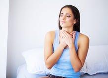 Όμορφο αίσθημα γυναικών άρρωστο, έχοντας τον πονοκέφαλο, επίπονος πόνος σώματος στοκ εικόνα με δικαίωμα ελεύθερης χρήσης