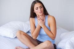 Όμορφο αίσθημα γυναικών άρρωστο, έχοντας τον πονοκέφαλο, επίπονος πόνος σώματος στοκ φωτογραφία με δικαίωμα ελεύθερης χρήσης