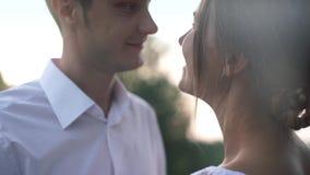 Όμορφο αγαπώντας ζεύγος που στέκεται στην όχθη ποταμού στη ημέρα γάμου τους Κινηματογράφηση σε πρώτο πλάνο απόθεμα βίντεο