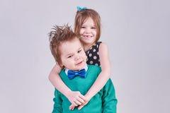 Όμορφο αγκάλιασμα μικρών παιδιών και κοριτσιών Στοκ φωτογραφίες με δικαίωμα ελεύθερης χρήσης