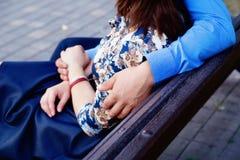 Όμορφο αγκάλιασμα ζευγών Στοκ Εικόνα