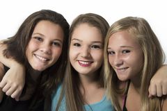 Όμορφο αγκάλιασμα κοριτσιών εφήβων καλύτερων φίλων Στοκ Εικόνες
