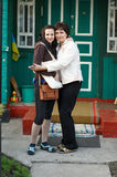 Όμορφο αγκάλιασμα πορτρέτου μητέρων και κορών Στοκ εικόνες με δικαίωμα ελεύθερης χρήσης