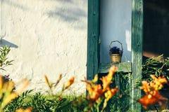 Όμορφο αγροτικό ξύλινο παλαιό κτήριο μερών στον ηλιόλουστο κήπο, expl στοκ φωτογραφία