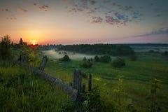Όμορφο αγροτικό τοπίο πρωινού Ανατολή αυγή Στοκ Φωτογραφία