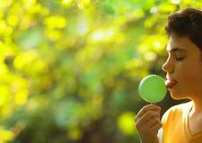 Όμορφο αγόρι εφήβων με το των Εσκιμώων παγωτό μεντών φυστικιών Στοκ Εικόνες