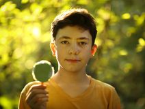 Όμορφο αγόρι εφήβων με το των Εσκιμώων παγωτό μεντών φυστικιών Στοκ εικόνα με δικαίωμα ελεύθερης χρήσης