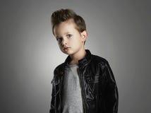 Όμορφο αγόρι με το καθιερώνον τη μόδα hairstyle Μοντέρνο παιδί στο παλτό δέρματος Στοκ Φωτογραφίες