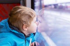 Όμορφο αγόρι μικρών παιδιών που φαίνεται έξω παράθυρο τραίνων έξω Στοκ φωτογραφία με δικαίωμα ελεύθερης χρήσης