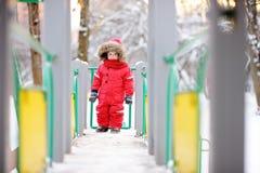 Όμορφο αγόρι μικρών παιδιών στην παιδική χαρά Στοκ Εικόνες