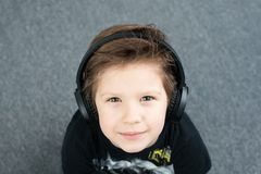 Όμορφο αγόρι στα ακουστικά στοκ εικόνες