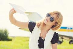 Όμορφο αεροπλάνο εγγράφου εκμετάλλευσης γυναικών Στοκ Εικόνα