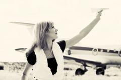 Όμορφο αεροπλάνο εγγράφου εκμετάλλευσης γυναικών Στοκ φωτογραφίες με δικαίωμα ελεύθερης χρήσης