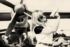 Όμορφο αεροπλάνο εγγράφου εκμετάλλευσης γυναικών Στοκ Φωτογραφία