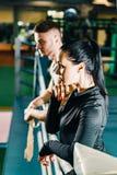 Όμορφο αθλητικό κορίτσι και μια νέα στάση τύπων σε ένα εγκιβωτίζοντας δαχτυλίδι στοκ φωτογραφία με δικαίωμα ελεύθερης χρήσης