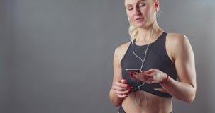 Όμορφο αθλητικό κορίτσι με ένα τηλέφωνο απόθεμα βίντεο