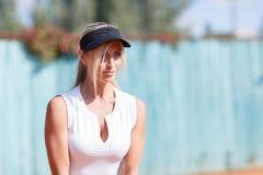Όμορφο αθλητικό κορίτσι με τα μπλε μάτια Κινηματογράφηση σε πρώτο πλάνο Στοκ Φωτογραφία