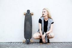 Όμορφο αθλητικό κορίτσι με ένα longboard Στοκ Εικόνες