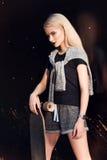 Όμορφο αθλητικό κορίτσι με ένα longboard Στοκ Φωτογραφίες