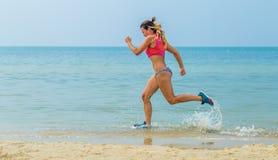 Όμορφο αθλητικό κορίτσι που τρέχει στην παραλία, υγιής τρόπος ζωής στοκ φωτογραφία με δικαίωμα ελεύθερης χρήσης
