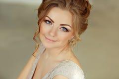 Όμορφο αισθησιακό κορίτσι ξανθό με το χαμόγελο μπλε ματιών Πορτρέτο γ Στοκ φωτογραφία με δικαίωμα ελεύθερης χρήσης