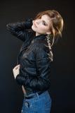 Όμορφο αισθησιακό προκλητικό κορίτσι ξανθό σε ένα σακάκι δέρματος Στοκ Εικόνες