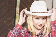 Όμορφο αισθησιακό χαμόγελο ευτυχές ξανθό Cowgirl που φορά Stetson Στοκ Εικόνα