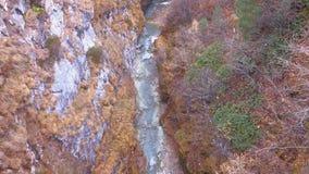 Όμορφο αλπικό τοπίο φθινοπώρου με τον κολπίσκο Zmuttbach κοντά σε Zermatt απόθεμα βίντεο