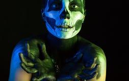 Όμορφο ανατριχιαστικό κορίτσι με το σκελετό makeup στοκ εικόνες