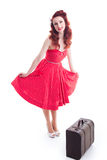 Όμορφο αναδρομικό καρφίτσα-επάνω κορίτσι με το κόκκινο φόρεμα σημείων Πόλκα Στοκ φωτογραφία με δικαίωμα ελεύθερης χρήσης