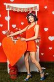 Όμορφο αναδρομικό κορίτσι στο κόκκινο φόρεμα στοκ φωτογραφίες