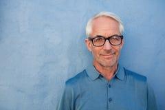 Όμορφο ανώτερο άτομο με τα γυαλιά που εξετάζει τη κάμερα Στοκ εικόνες με δικαίωμα ελεύθερης χρήσης