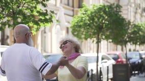 Όμορφο ανώτερο βαλς χορού ζευγών στην αστική οδό φιλμ μικρού μήκους