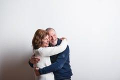 Όμορφο ανώτερο ερωτευμένο αγκάλιασμα ζευγών όμορφες νεολαίες γυναικών στούντιο ζευγών χορεύοντας καλυμμένες Στοκ φωτογραφία με δικαίωμα ελεύθερης χρήσης