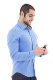 Όμορφο αραβικό άτομο με το smartphone που απομονώνεται στο λευκό Στοκ Φωτογραφίες