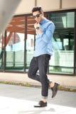 όμορφο αρσενικό μοντέλο που θέτει υπαίθρια τις νεολαίες στοκ φωτογραφία με δικαίωμα ελεύθερης χρήσης