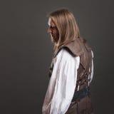 Όμορφο αρσενικό πανκ ατμού σε ένα αναδρομικό πορτρέτο ατόμων φανέλλων δέρματος πέρα από το γκρίζο υπόβαθρο Στοκ εικόνες με δικαίωμα ελεύθερης χρήσης
