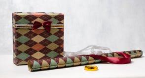 Όμορφο αρσενικό τυλίγοντας έγγραφο δώρων σε ένα διαμάντι Στοκ εικόνα με δικαίωμα ελεύθερης χρήσης
